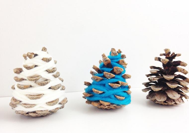 Pigne con filo di lana, creazioni di Natale fatte a mano, pigne con filo di lana