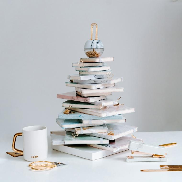 Albero di Natale stilizzato, quaderni come albero, pallina di Natale effetto marmo