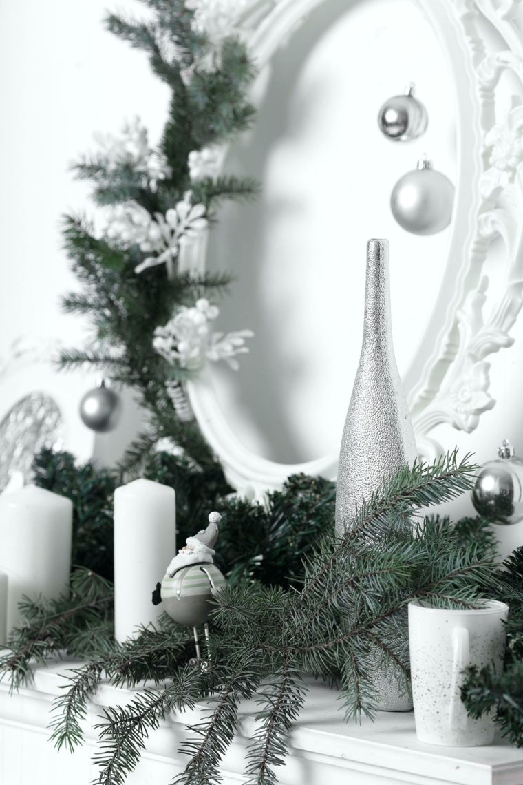 Alberi di Natale originali, mensola con addobbi, rametti verdi e palline, specchio con palline