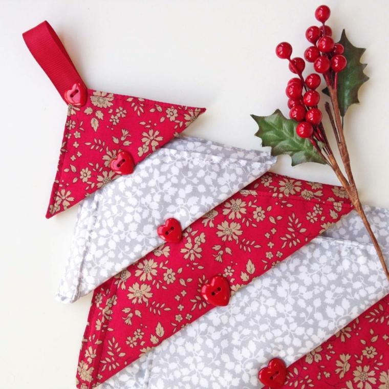 Albero di Natale stilizzato, albero di tessuto, bottoncini rossi a forma di cuore
