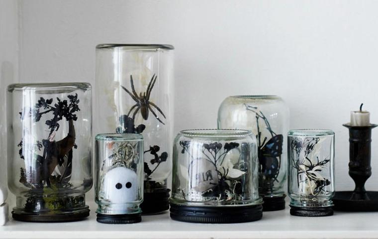 Barattoli di vetro con addobbi, ragni e fantasmi, decorazioni di plastica per Halloween