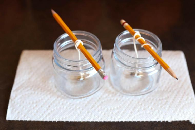 Due barattoli di vetro, stoppini con matite, come fare una candela