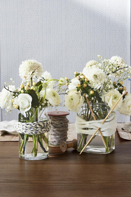 Centrotavola autunnale, vaso di vetro, fiore in vaso, tavola di legno
