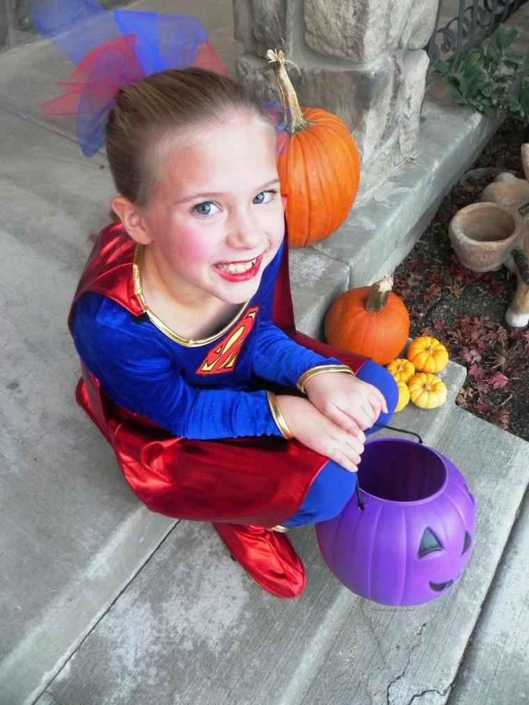 Costume per bimba Superman, secchiello forma di zucca, bimba truccata per Halloween