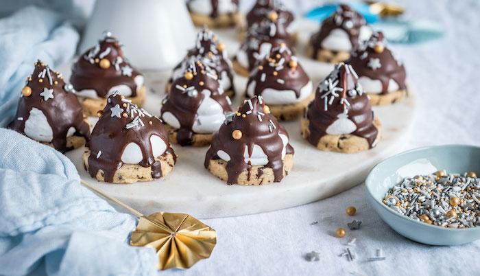 Biscotti fatti in casa ricetta, biscotto con marshmallow, topping di cioccolato, granelli di zucchero