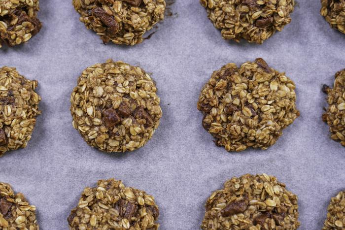 Biscotti fatti in casa ricetta, biscotti all'avena, cookies con pezzettini di cioccolato, teglia con carta da forno