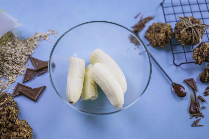Biscotti colazione leggeri, ciotola con banane, pezzettini di cioccolato, biscotti con fiocchi d'avena