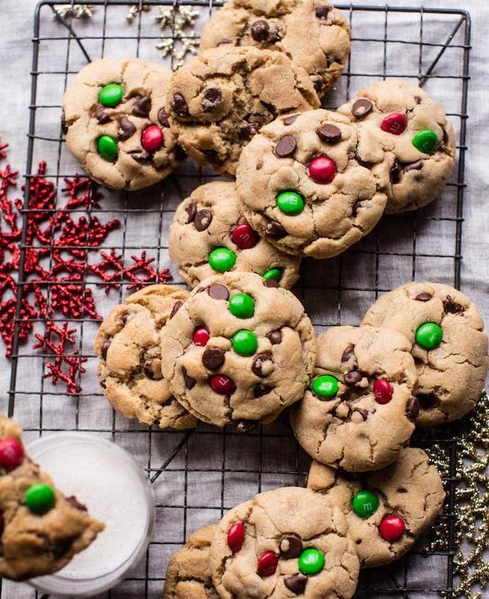 Cookies con caramelle, granelli di zucchero, biscotti con gocce di cioccolato, come fare i biscotti in casa