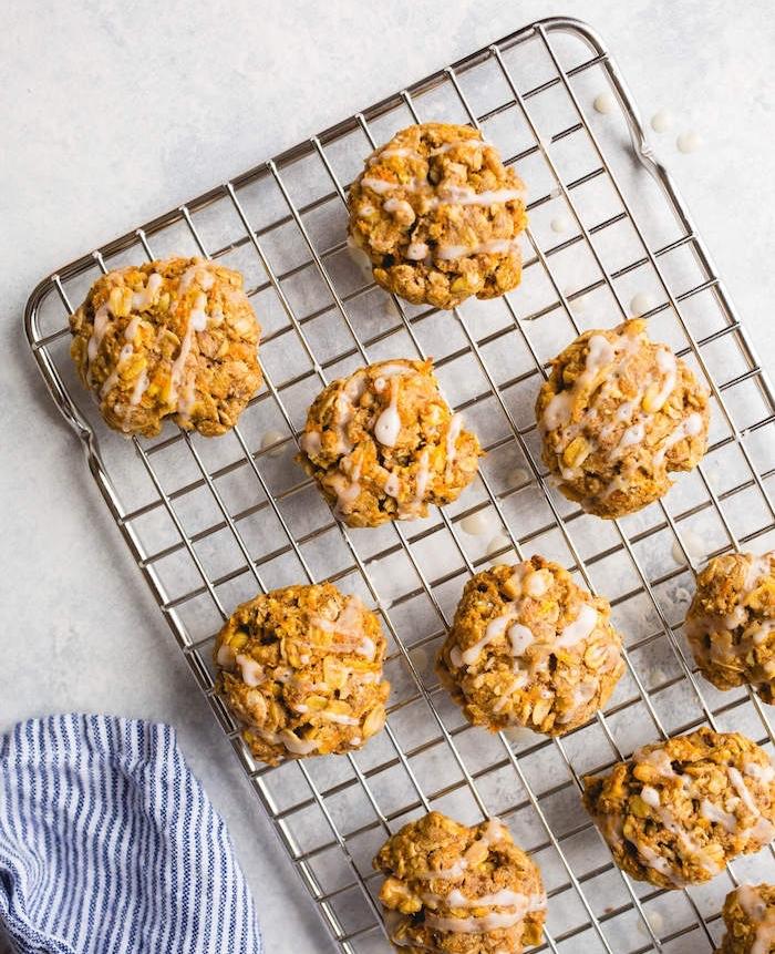 Ricetta biscotti morbidi, griglia da forno con biscotti, ingredienti come avena e carote