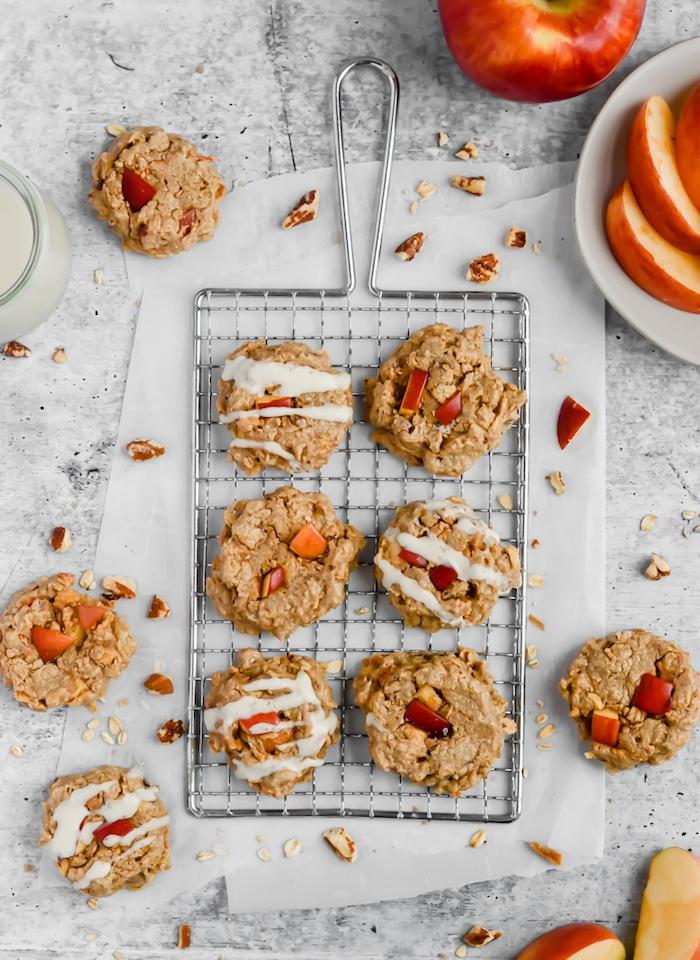Ricetta per biscotti, griglia con biscotti, mela tagliata a fette, ripieno cookies di mela