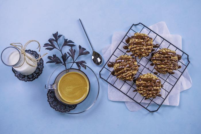 Ricetta biscotti morbidi, tazza di caffè, biscotti all'avena, caraffa con latte