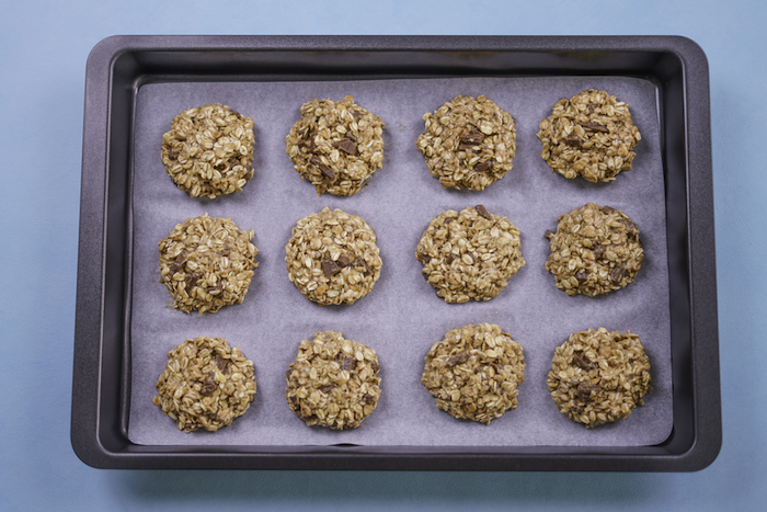 Teglia con carta da forno, biscotti semplici e veloci da fare in casa, biscotti all'avena e cioccolato