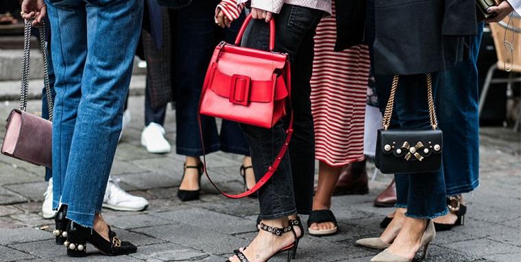 Tre borse con fibbie, collezione autunno inverno, donne con tacchi, abbigliamento casual