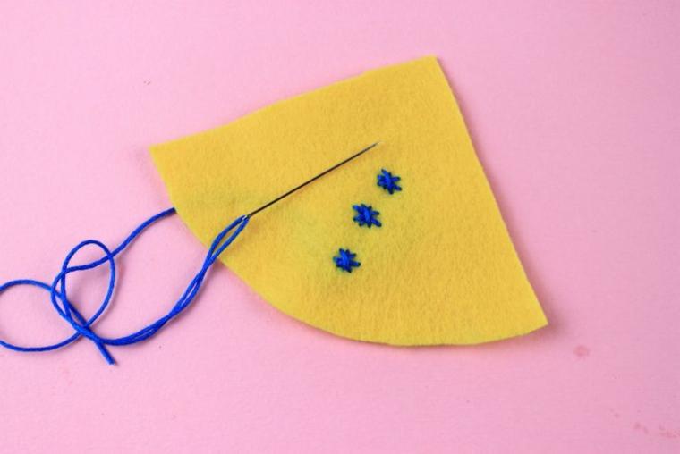 Punto croce su feltro, pezzettino di feltro giallo, creazioni di Natale fatte a mano