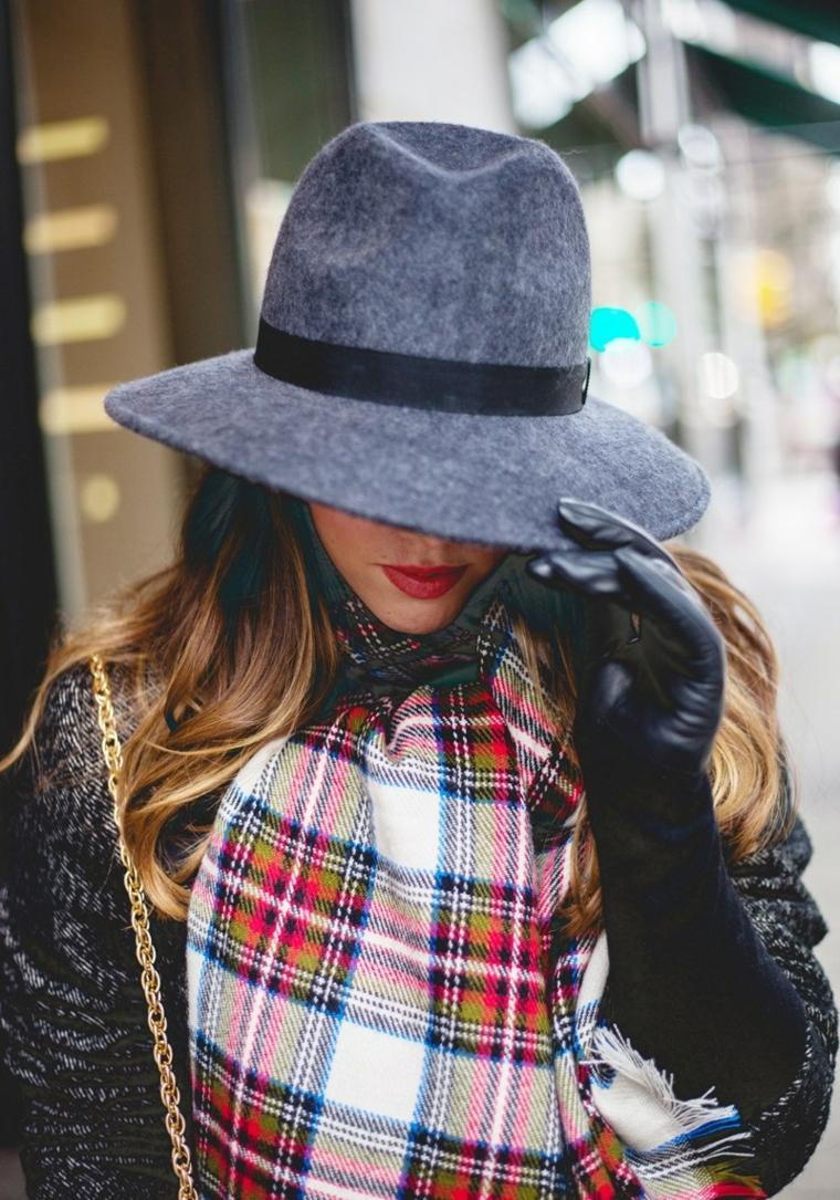 Cappello donna in cashmere, sciarpa donna colorata, capelli castani mossi