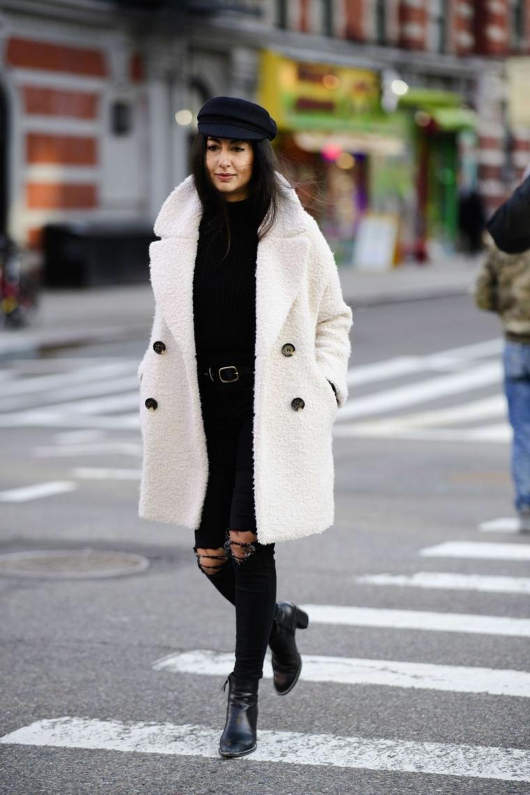 Moda autunno inverno 2019, donna che cammina, cappotto pelliccia bianco, jeans neri con strappi