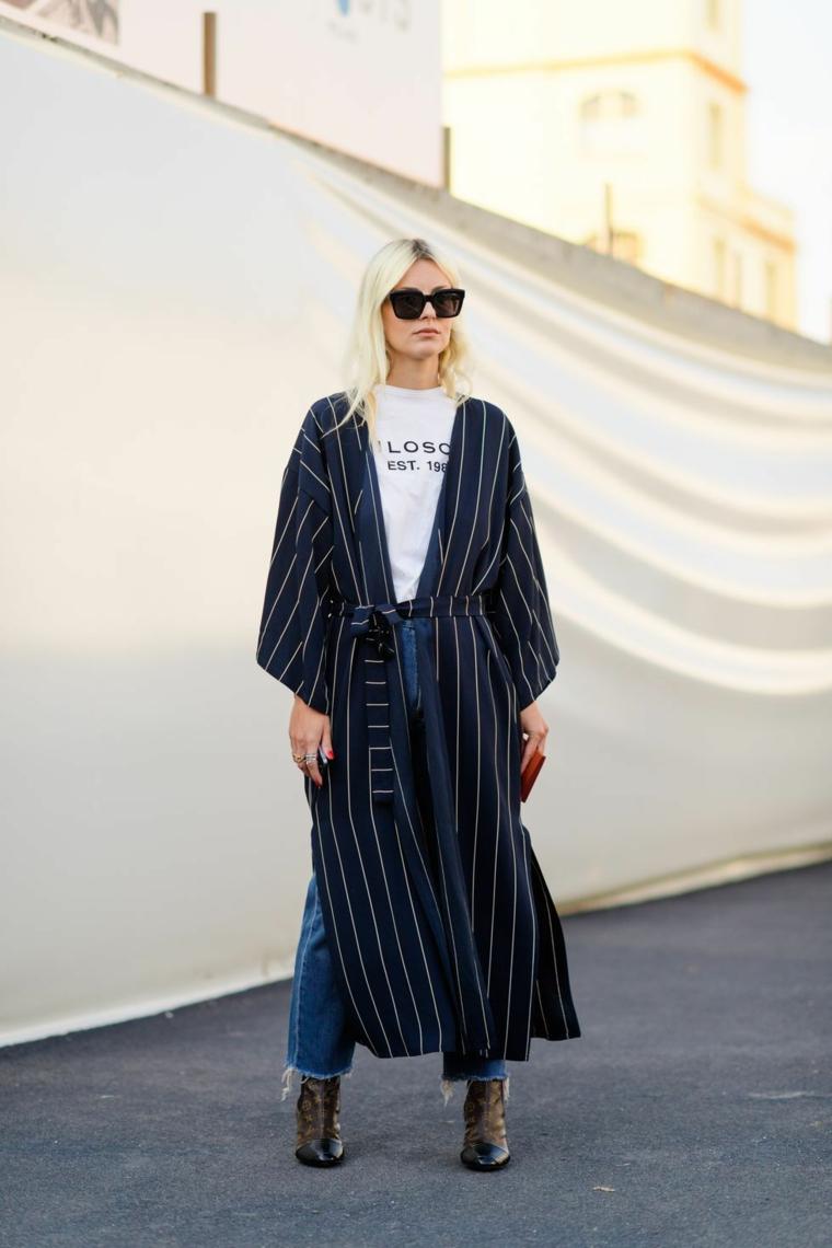 Jeans donna a vita alta, cappotto blu a strisce bianche, ragazza con capelli biondi