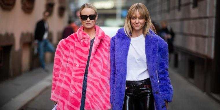 Due donne che camminao, cappotto blu in pelliccia, outfit inverno 2019
