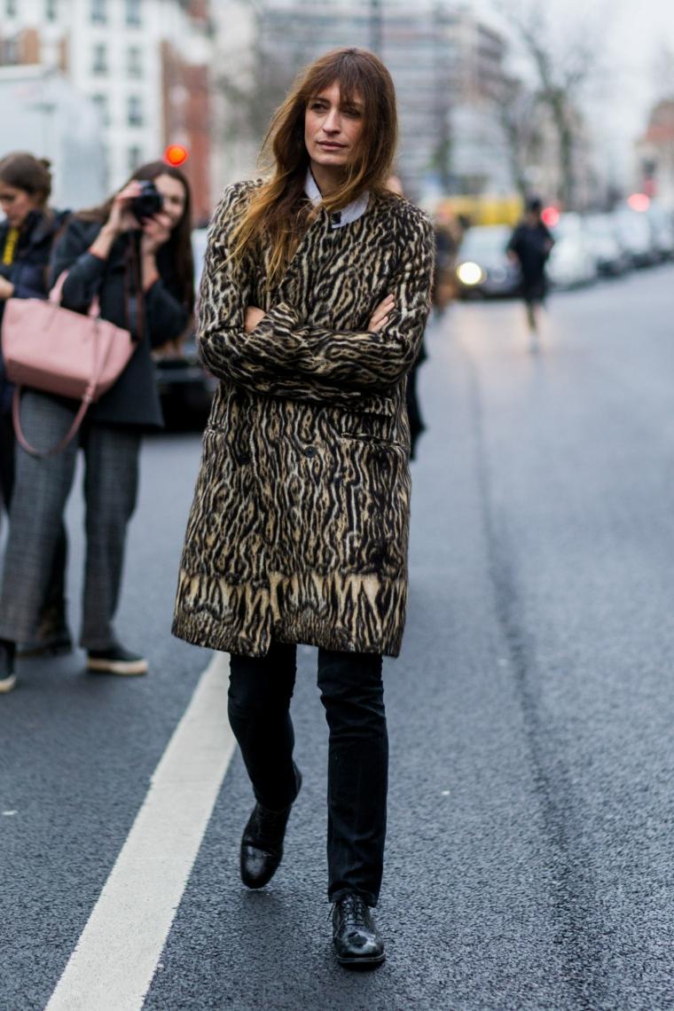 Moda autunno inverno 2019, cappotto lungo leopardo, donna che cammina in strada