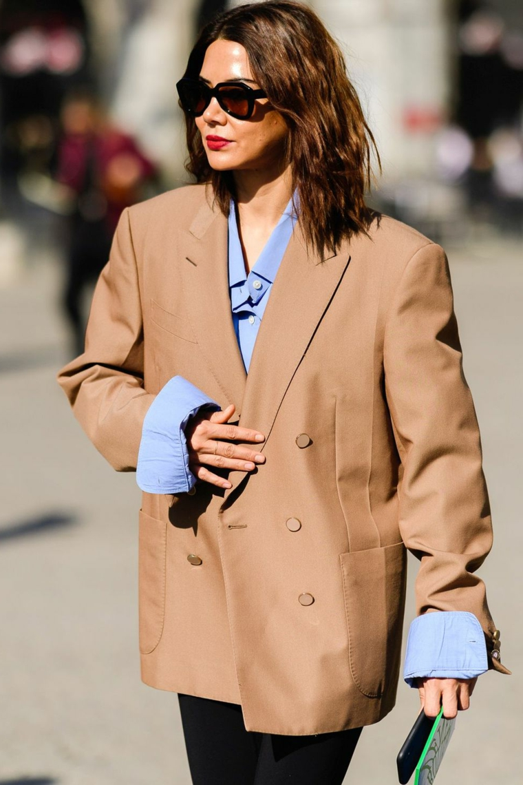 Outfit inverno 2019, donna che cammina, giacca grigia da uomo, capelli donna bob ricci