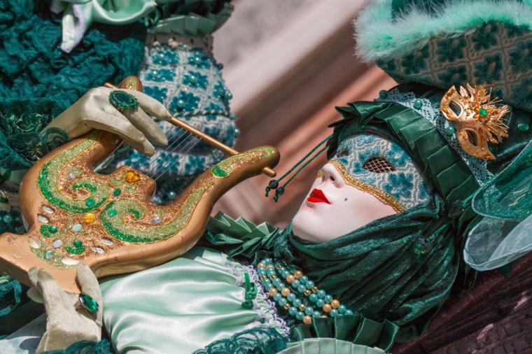 Donna con maschera, maschere di carnevale con ornamenti, donna con trucco