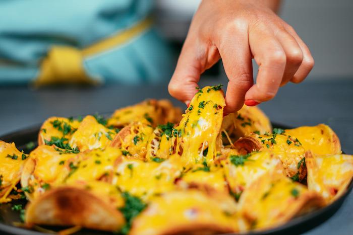 Come si preparano le tortillas messicane, tacos con formaggio fuso, donna che cucina