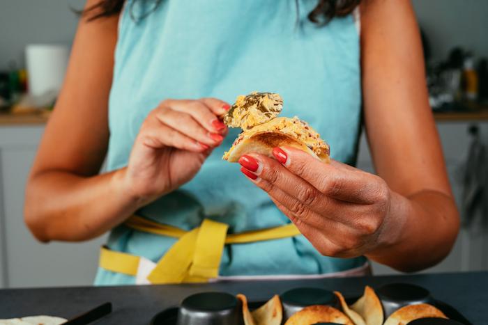 Tortillas ripieno, donna che cucina, mini tacos con ripieno, grembiule donna azzurro