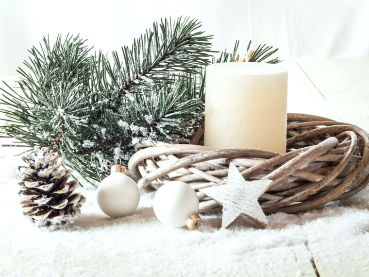 Composizioni natalizie, palline e stella di legno, pigna con vernice bianca, portacandela di legno