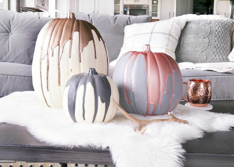 Zucche come centrotavola, zucche dipinte con vernice, soggiorno con divano grigio