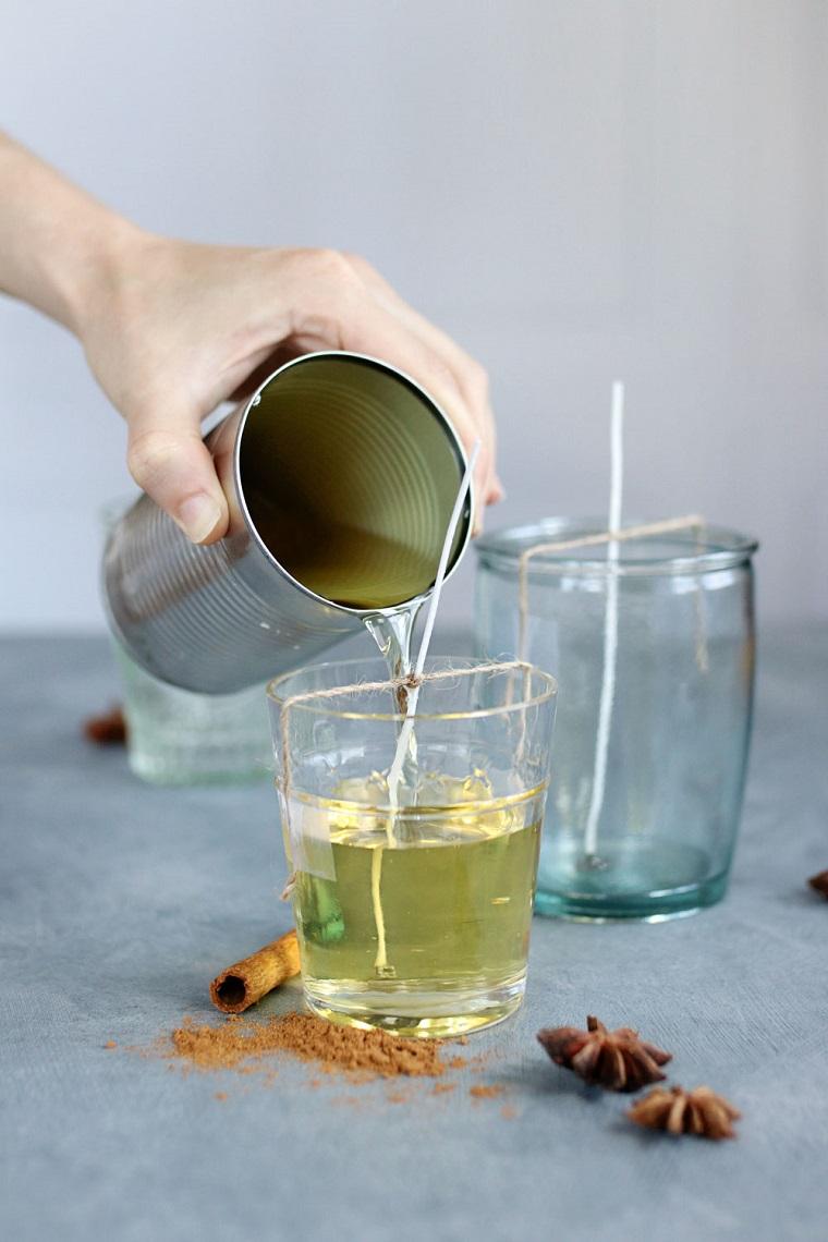 Versare la cera in un bicchiere, stoppino per candela, decorazioni autunnali fai da te