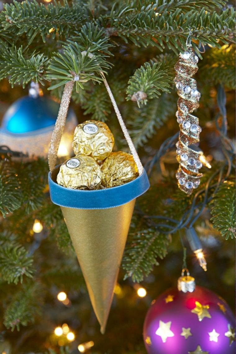 Decori natalizi, albero di Natale con palline, cappellino forma a cono, cioccolatini Ferrero Rocher