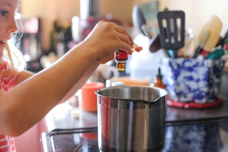 Utensili da cucina, versare le gocce, olio essenziale per candela, pentolino sui fornelli