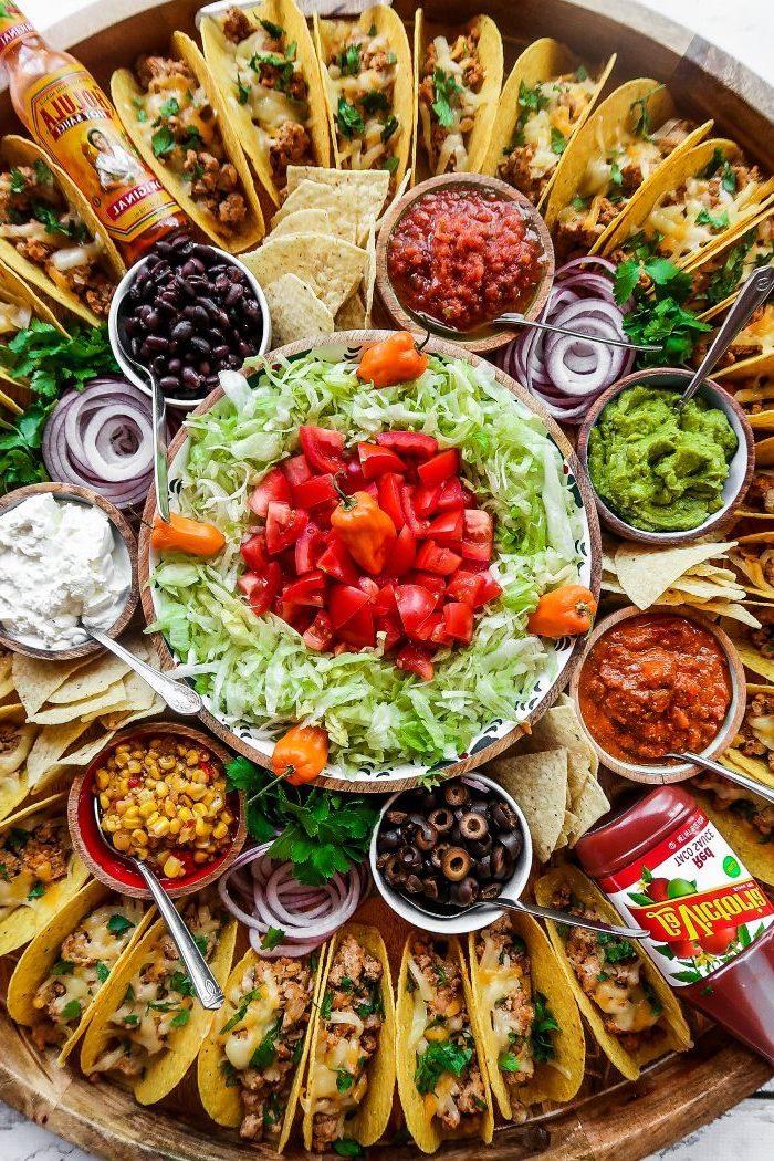 Come si preparano le tortillas messicane, piatto con tacos, insalata con lattuga e pomodorini