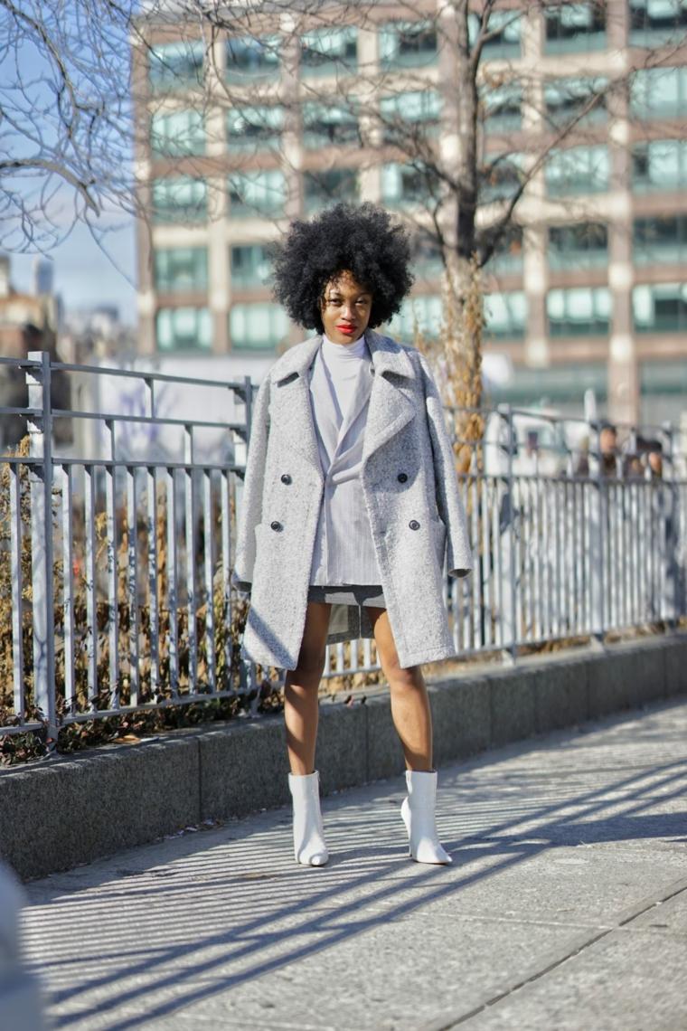 Vestiti autunnali donna, cappotto con bottini grigio, stivaletti di pelle bianca