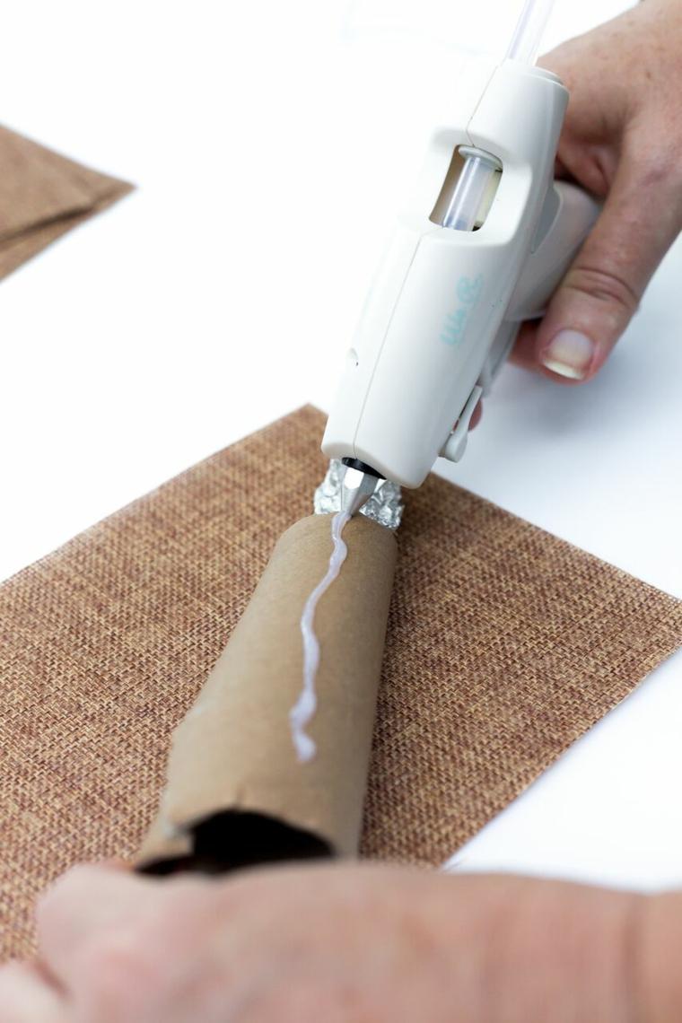 Rotolo di carta igienica, fissare con colla a caldo, foglio di tela marrone, pistola per colla