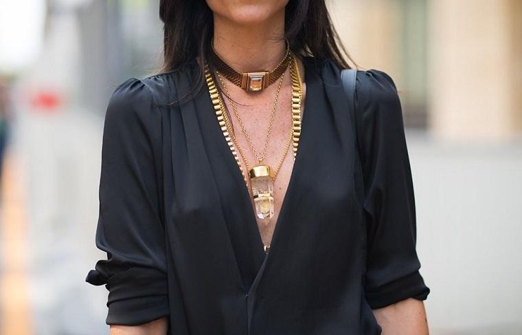 Collana a catena grossa, outfit inverno 2019, donna con camicia nera, capelli donna lunghi