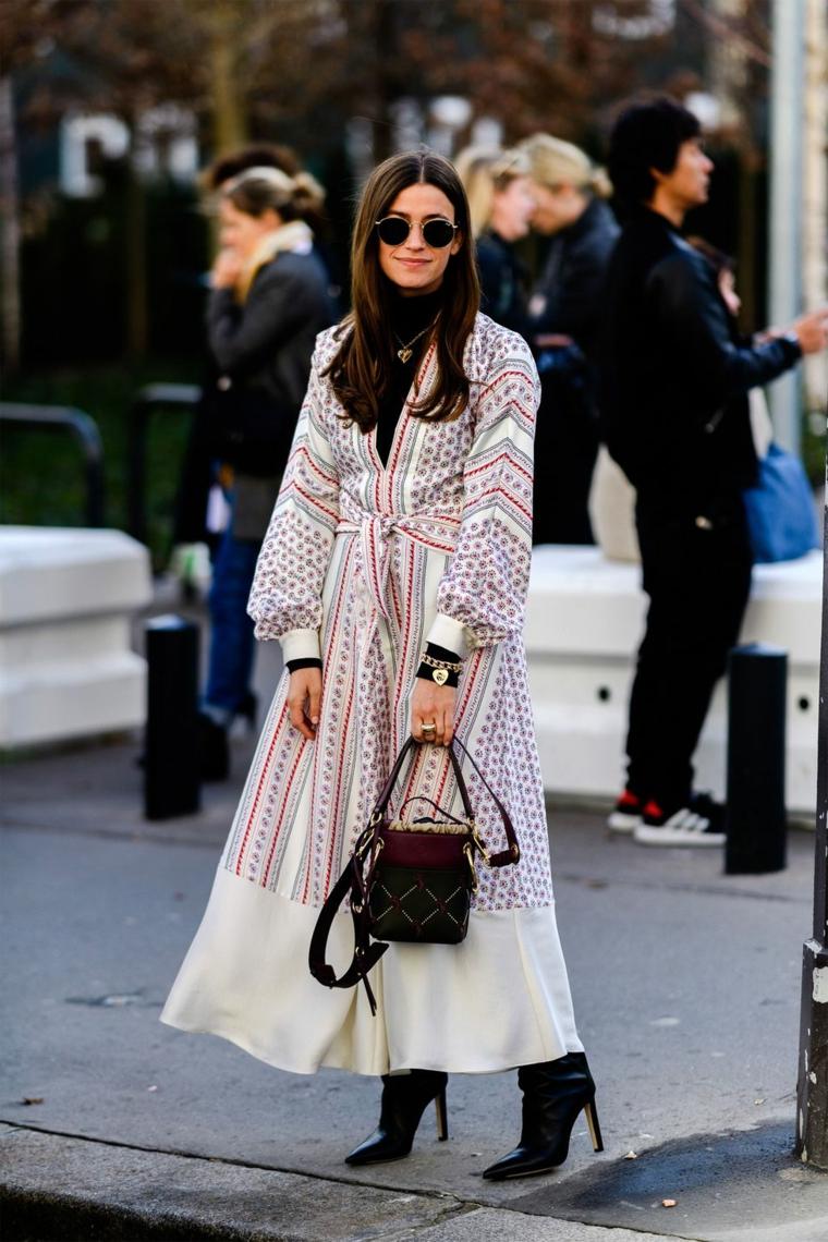 Maxi abito con nodo, donna con stivali, collezione autunno inverno, donna che cammina