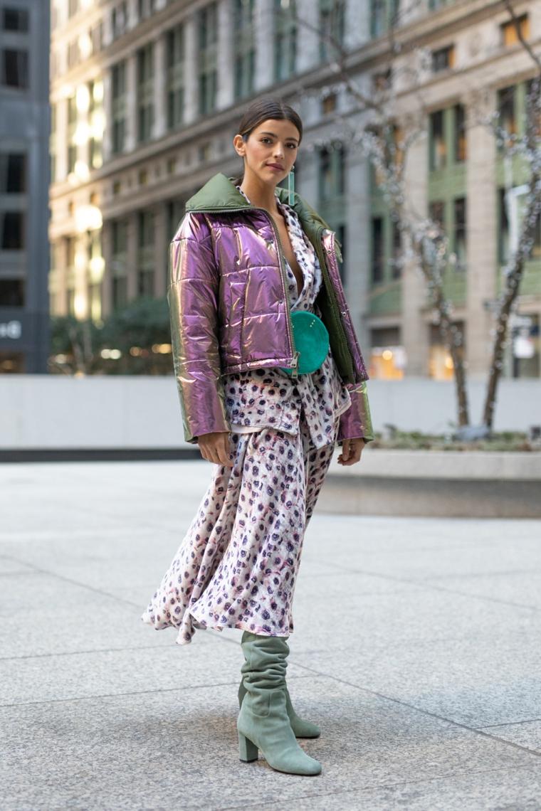 Moda autunno inverno 2019, giacca colore viola, maxi abito donna, stivali colore verde