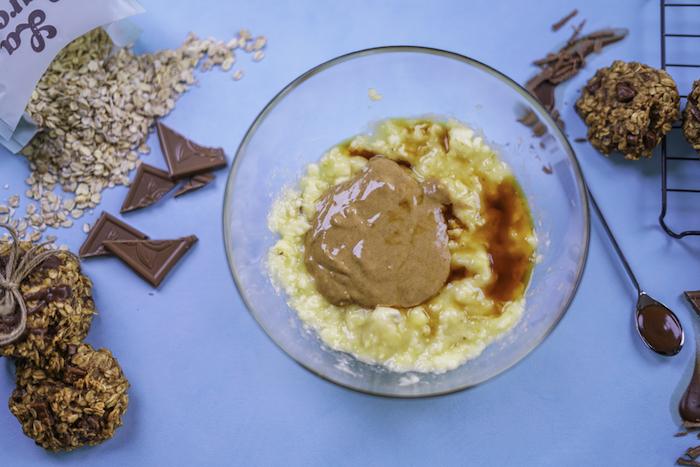 Ricetta biscotti classici, pezzettini di cioccolato, fiocchi d'avena, ciotola con ingredienti