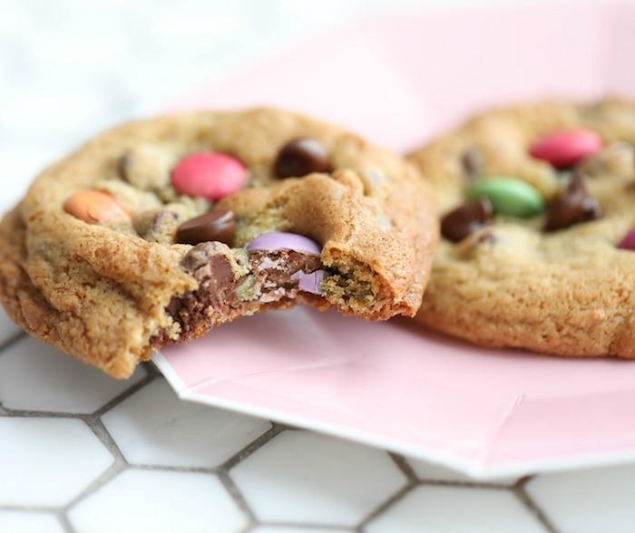 Ricetta per biscotti, ripieno di caramelle, biscotto con caramelle colorate, piatto di carta
