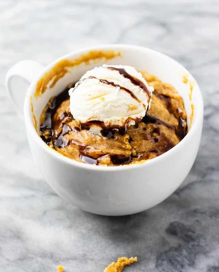 Biscotto in tazza, cookies senza cottura, gocce di cioccolato, pallina di gelato con topping