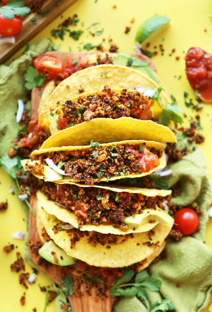 Tacos con quinoa, cibo su un tavolo, pomodorini tagliati a metà, tacos ricetta