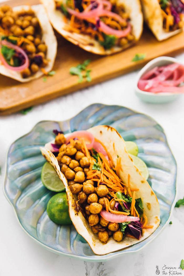 Tacos ricetta con ceci, fettine di lime, tacos con formaggio cheddar