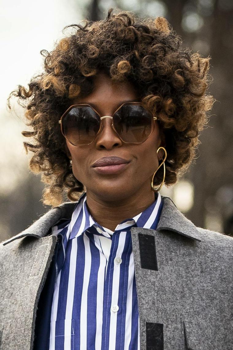 Taglio capelli asimmetrico, donna con boccoli, occhiali da sole rotondi, capelli caschetto ricci