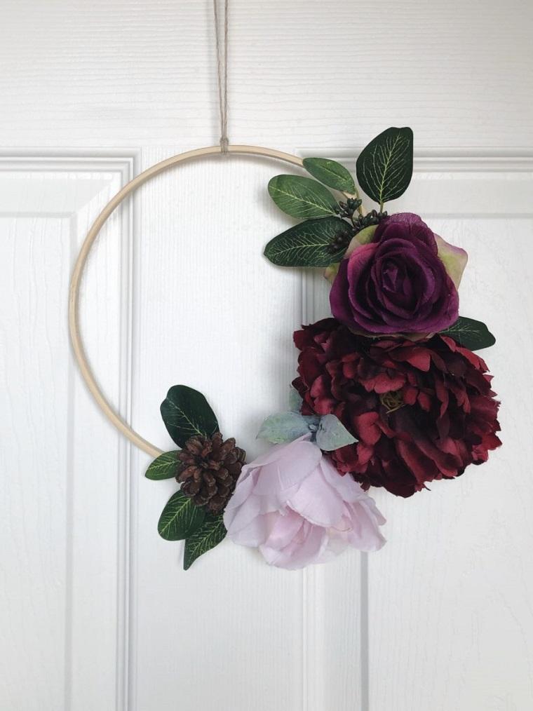 Immagini foglie autunnali, anello di legno con fiori, addobbi per porte