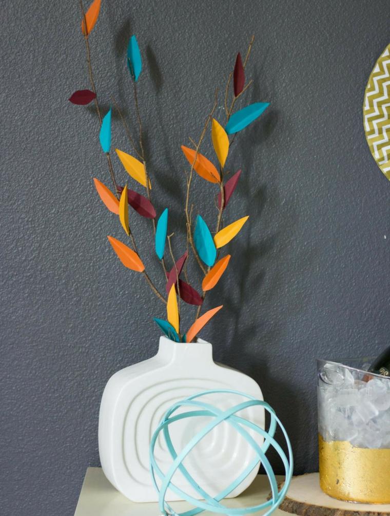 Vaso con rametti, immagini foglie autunnali, parete ruvida dipinta di grigio