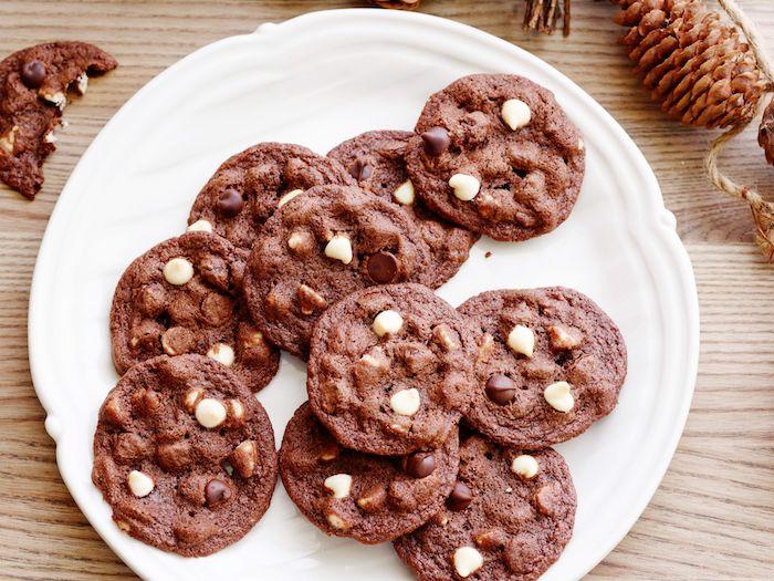 Ricetta biscotti classici, gocce di cioccolato bianco, cookies con cacao, piatto con dolci