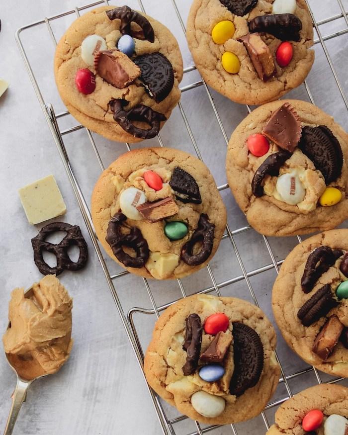 Biscotti semplici e veloci da fare in casa, biscotto con caramelle, cucchiaio con crema di arachidi