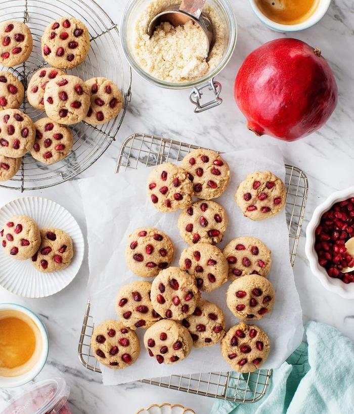 Cookies con melograno, biscotti velocissimi, chicchi di melograno, farina di cocco