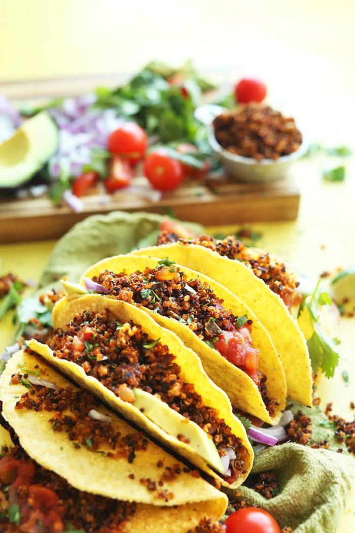 Tortillas con quinoa, ricette messicane, tacos con quinoa e pomodorini, cibo sul tavolo